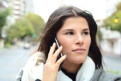 henne talande kvinnabarn för mobil telefon Royaltyfri Fotografi