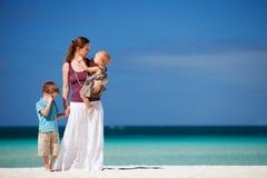 henne tropisk semester två för ungemoder Arkivbild