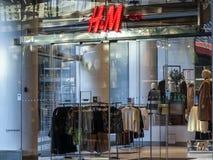 Hennes et Mauritz, avant de magasin de H&M Société au détail d'habillement multinational suédois images libres de droits