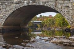 Henniker桥梁在秋天 免版税库存图片