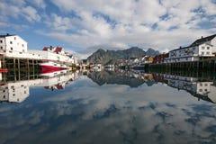Henningsvaer hamn i sommar Arkivbild