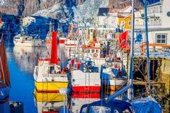 Henningsvaer Norwegia, Kwiecień, - 04, 2018: Malowniczy połowu port w Henningsvaer z typowymi czerwonymi drewnianymi budynkami i Fotografia Royalty Free