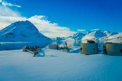 Henningsvaer Norwegia, Kwiecień, - 04, 2018: Plenerowy widok drylująca struktura nad białym śniegiem w Lofoten wyspach Zdjęcie Stock