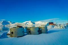 Henningsvaer Norwegia, Kwiecień, - 04, 2018: Plenerowy widok drylująca struktura nad białym śniegiem w Lofoten wyspach Obraz Stock