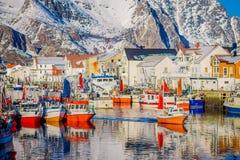 Henningsvaer Norwegia, Kwiecień, - 04, 2018: Plenerowy widok połowu port w Henningsvaer z typowymi czerwonymi drewnianymi budynka Obrazy Royalty Free