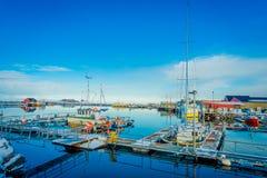 Henningsvaer Norwegia, Kwiecień, - 04, 2018: Plenerowy widok połowu port w Henningsvaer z typowymi czerwonymi drewnianymi budynka Zdjęcie Stock