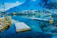 Henningsvaer Norwegia, Kwiecień, - 04, 2018: Plenerowy widok połowu port z drewnianą spławową strukturą i małym połowem Fotografia Royalty Free