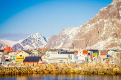 Henningsvaer Norwegia, Kwiecień, - 04, 2018: Widok łodzie rybackie w porcie Henningsvaer w Lofoten wyspach Obrazy Royalty Free