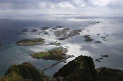 Henningsvaer von einer Gebirgsspitze an einem regnerischen Tag Lizenzfreies Stockfoto