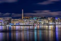 Henriksdal和Hammarby接近水的一个郊区在斯德哥尔摩,瑞典 免版税库存照片