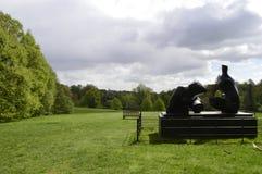 Henry Moore Sculpture i jordningen av det Kenwood huset Hampstead London UK royaltyfria bilder