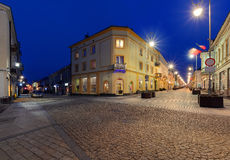 Henryka Sienkiewicza Street i aftonen Kielce Polen arkivfoto