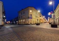 Henryka Sienkiewicza Street na noite Kielce, Polônia foto de stock