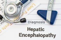 Hepatic Encephalopathy för diagnos Det Neurological hammare-, stetoskop- och leverlaboratoriumprovet ligger på anmärkning med tit arkivbild