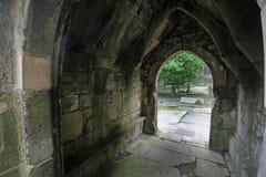Heptonstall教会门曲拱 免版税库存照片