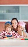 her kids kitchen mother two Στοκ φωτογραφία με δικαίωμα ελεύθερης χρήσης