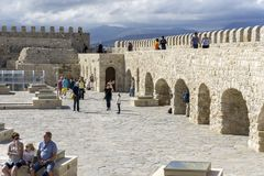 Heraklion Crete, Grecja,/ Dachu widok forteczny Koules z wiele turystami Fotografia Royalty Free