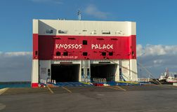 HERAKLION, GRÉCIA - 2 de novembro de 2017: Balsa da carga no porto de Heraklion, Creta imagem de stock