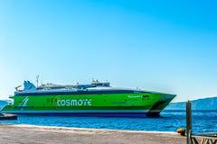 HERAKLION, GRÉCIA - o 24 de junho de 2015: cosmote 4 de alta velocidade do catamarã a balsa da velocidade que vai à ilha Santorin Foto de Stock Royalty Free