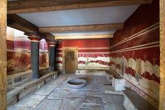 Heraklion, Grecia - 28 de enero de 2017: El pasillo del trono, en el palacio de Knossos, ciudad antigua famosa en Creta fotografía de archivo