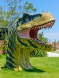 Heraklion, Grecia - 23 de julio de 2014: Cabeza de Rex Dinosaur del tiranosaurio en tema jurásico del parque Fotografía de archivo