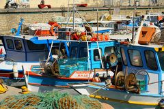 Heraklion, Grecia, el 25 de septiembre de 2018, barcos de pesca en el golfo de Heraklio fotos de archivo