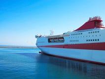 18 06 2016 Heraklion, Griekenland Het grote rode detail klaar F van het cruiseschip Stock Afbeelding