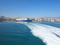 18 06 2015; Heraklion, Griekenland - Mening aan zeehaven en waterspoor Royalty-vrije Stock Foto