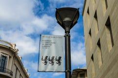 HERAKLION, GRIEKENLAND - November, 2017: Lantaarn met de reclame van het historische museum van Kreta, tegen de blauwe hemel bij Stock Fotografie