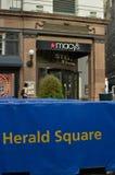 Herald Square Sign Macy ` die s de Stadsachtergrond bouwen van New York royalty-vrije stock foto