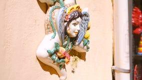 Heraldic символы: голова глины легендарной сицилийской женщины и керамического trinacria видеоматериал