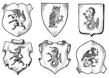 Heraldik i tappningstil Inristad vapensk?ld med djur, f?glar, mytiska varelser, fisk Medeltida emblem och vektor illustrationer