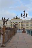 Heraldische Adler, der Generalstabbogen und alte Laterne Lizenzfreies Stockfoto