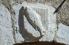 Heraldisches Schild schnitzte im Stein mit Fischen und im Datum in Annecy Lizenzfreies Stockfoto