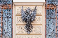 Heraldisches Symbol geschmiedet vom Eisen auf einem alten Haus in St Petersburg stockfoto
