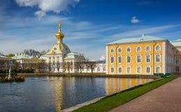 Heraldisk kår i den storslagna Peterhof slotten Royaltyfri Fotografi