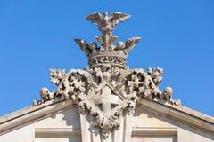 Heraldisk prydnad med vapenskölden på en byggnad på porten av Arkivfoto