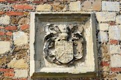Heraldisk sten som snider uppsättningen i vägg arkivfoton