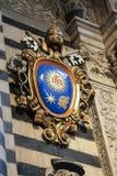 Heraldisk vapensköld på ingången av Duomodina Siena Storstads- domkyrka av Santa Maria Assunta italy Royaltyfri Fotografi
