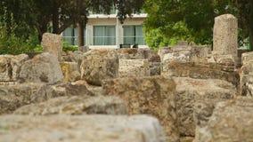 Herança cultural das épocas antigas, ruínas da construção de pedra antiga, arqueologia vídeos de arquivo