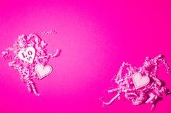 Herarts de madeira brancos no fundo de papel cortado rosa Colagem do dia de Valentim imagem de stock