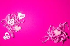 Herarts de madeira brancos no fundo de papel cortado rosa Colagem do dia de Valentim fotos de stock