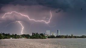 Herastraupark in Boekarest op een stormachtige dag met bliksem Royalty-vrije Stock Foto's