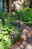 Herauf den Garten-Pfad lizenzfreie stockbilder