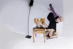 Herauf der Seite optische Illusion unten mit jugendlich Altersmädchen Lizenzfreie Stockfotografie