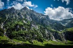 Herauf in die Berge Stockfoto
