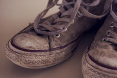 Herauf nahe schmutzige Schuhe mit Spitzeen und Details stockbild