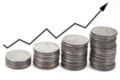 Herauf Pfeil über Stapeln Münzen Lizenzfreies Stockfoto