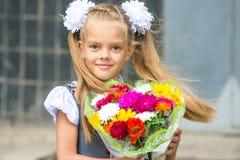 Herauf Porträt des Erstsortierers mit Blumenstrauß von Blumen Lizenzfreie Stockfotografie