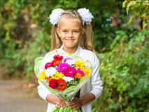 Herauf Porträt des siebenjährigen Schulmädchens mit einem Blumenstrauß von Blumen Stockfotografie
